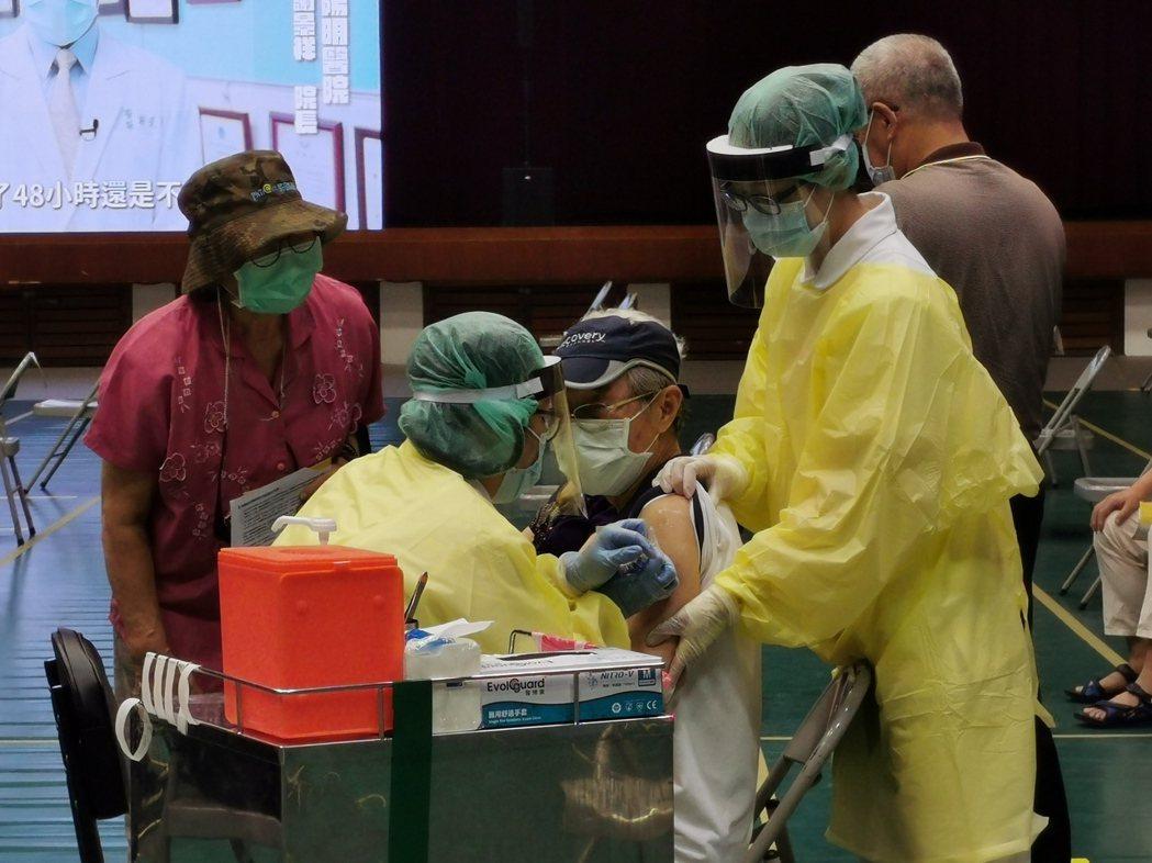 嘉義市78歲以上市民今天上午10點可網路預約,6月20、21、22日施打疫苗,接...