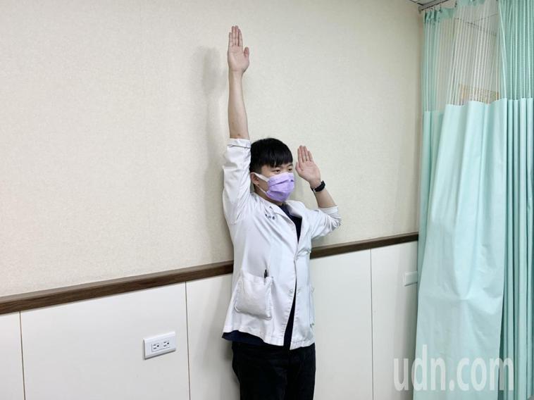 第二招身體靠牆站立,雙手呈投降姿勢,單手向上延伸復位,再換另一隻手做,每次10到...