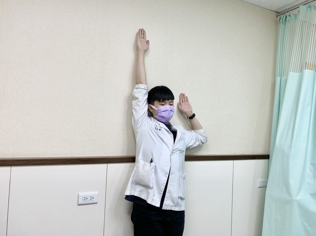 第二招【向上伸展運動】,站姿,身體靠牆,雙手呈投降姿勢,一手向上延伸(可換邊),...
