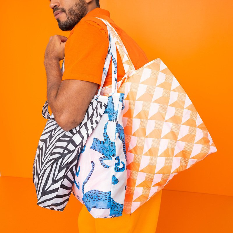 IKEA SKYNKE購物袋(白色/橘色)原價19元,指定折扣價13元。圖/IKEA提供