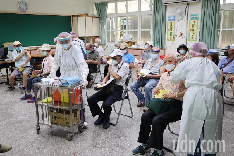 台北市今天持續為長者接種疫苗,民眾至民生國小依安排坐定位後,護理人員依序為其注射。記者余承翰/攝影