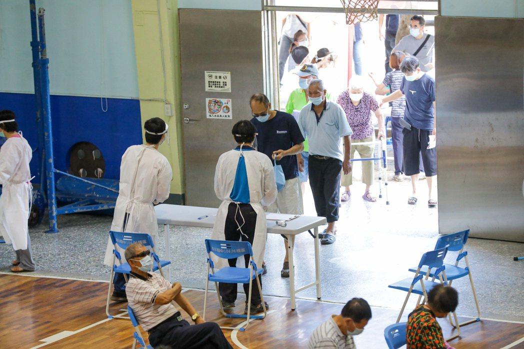 台中市長盧秀燕昨天視察清水國中快打站,八十五歲長者接種疫苗的情況。圖/台中市政府...