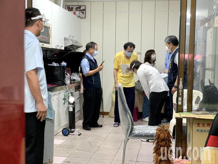 台中市長盧秀燕(敬禮者)今天一早到西屯市場旁一間民宅,關心衛生局到宅施打疫苗狀況...