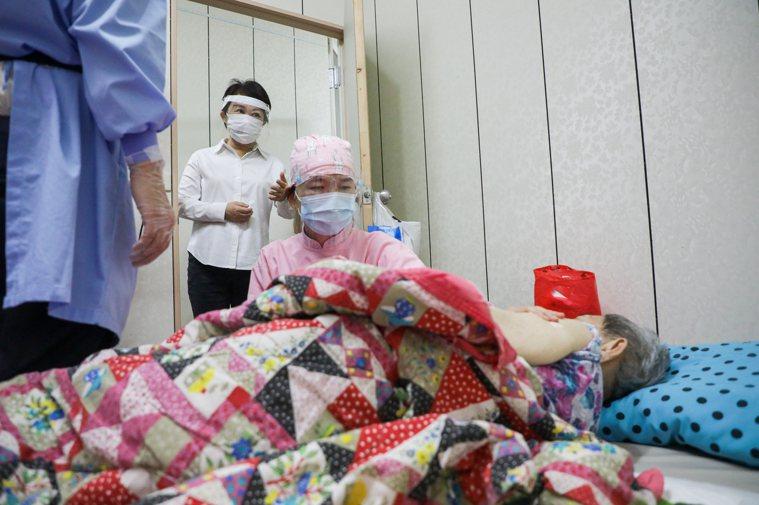 台中市長盧秀燕今天一早到西屯市場旁一間民宅,關心衛生局到宅施打疫苗狀況,這名長輩...