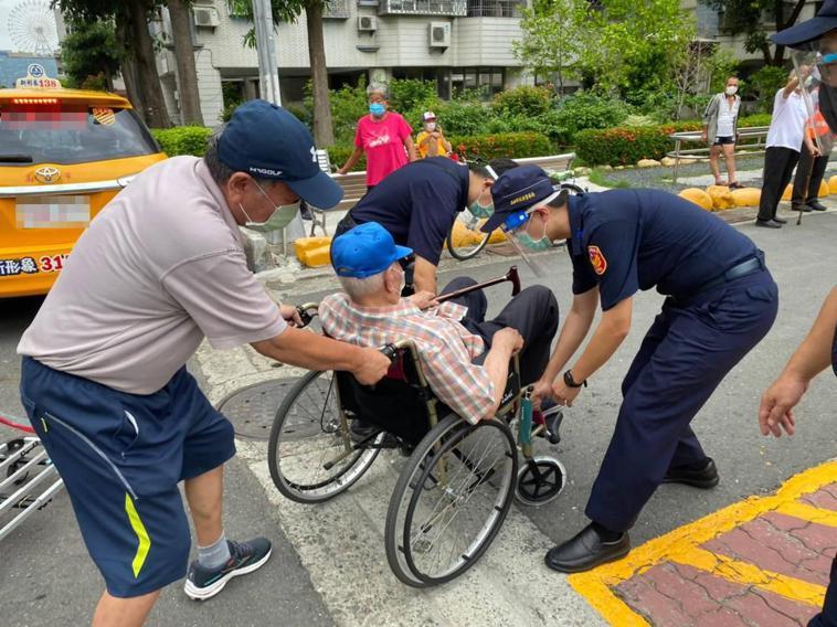 高雄市3天為高齡者施打疫苗,消防局送4人就醫。圖非當事人照片。記者林保光/翻攝
