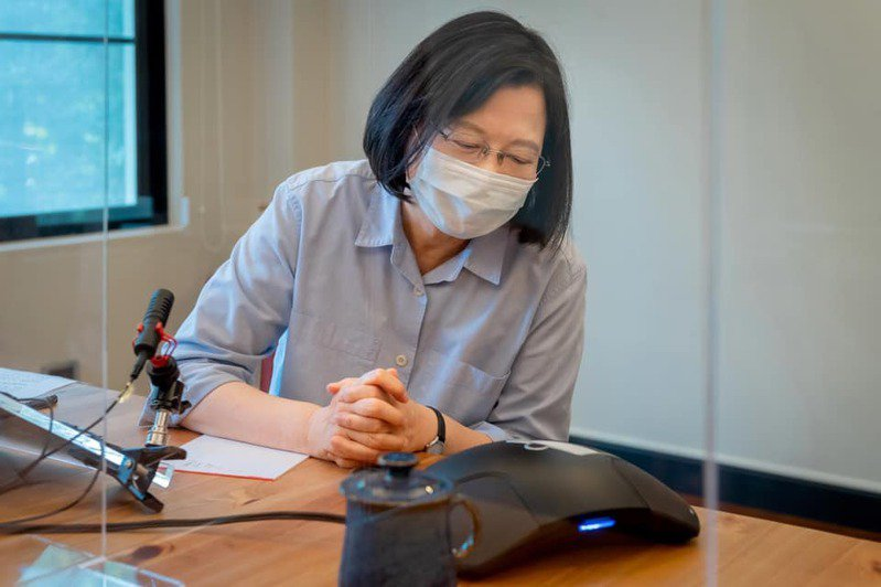 蔡英文總統曾致電給協助捐贈救命物資的賈永婕及黃光芹。 圖/取自蔡英文臉書