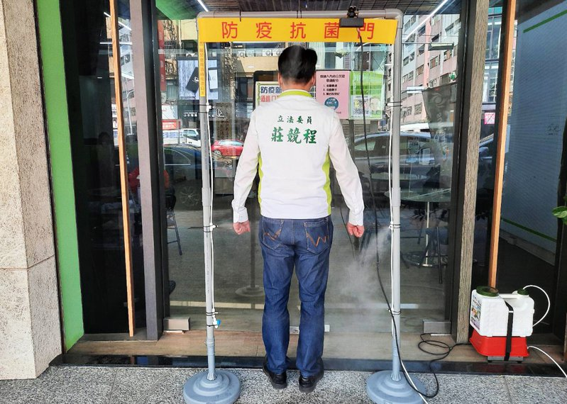 立委莊競程位於台中市北屯路服務處裝設了「防疫抗菌門」,加強防疫功能。圖/立委莊競程提供
