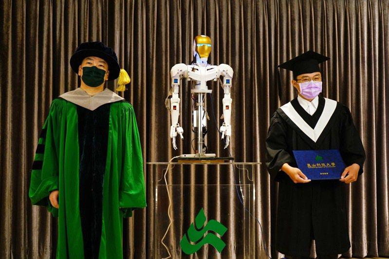 崑山科大請出「仿生機械人」協助師長頒發畢業證書與撥穗。記者周宗禎/翻攝