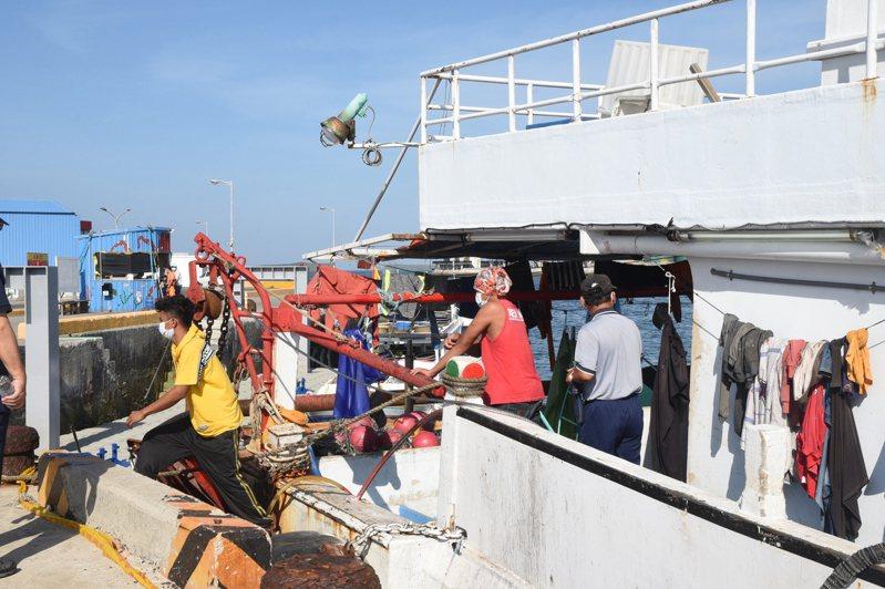 澎湖縣升級海上防疫措施,今首艘漁船返航,船員馬上接受快篩。圖/澎湖縣政府提供