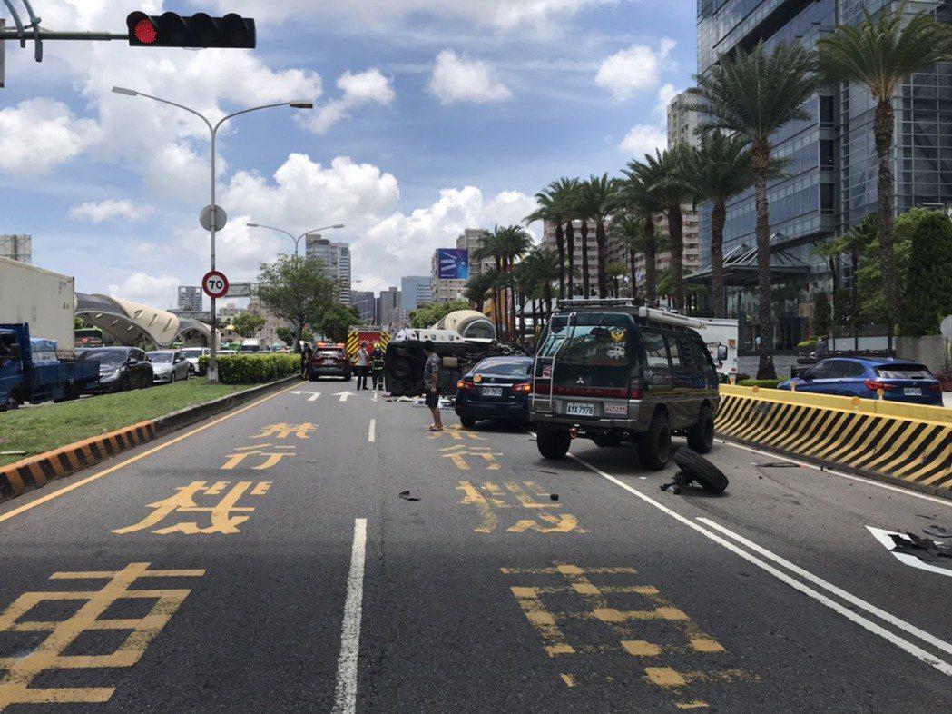 今天中午台中市西屯區發生救護車翻覆事故,警消救出3名女子,意識清楚,送醫。圖/讀...