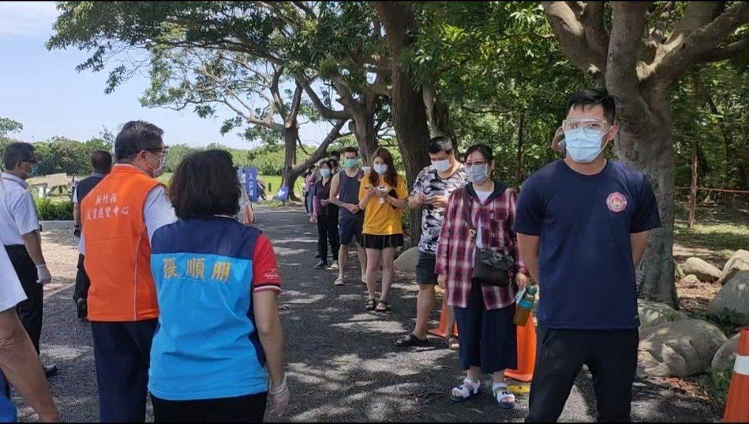 竹東鎮河濱公園社區篩檢站今天進行第2波普篩,上午快篩結果都為陰性。圖/公所提供