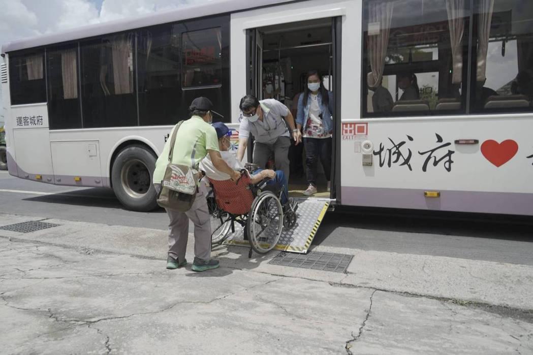 台南市政府協調客運業者提供免費的「疫苗溫馨接送專車」服務,以無障礙低地板公車接送...