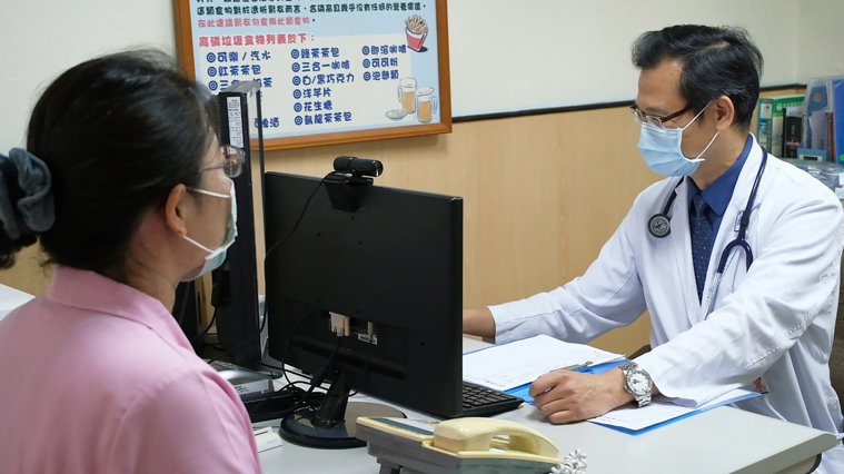 光田綜合醫院腎臟內科主任王家良表示,透過遠距視訊可監測腹膜透析腎友居家洗腎。圖/...