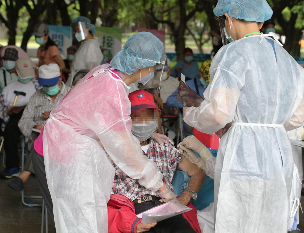 高雄市1老翁接種疫苗後死亡,雄檢今天表示未發現藥物過敏性休克。圖中人物非當事人。...