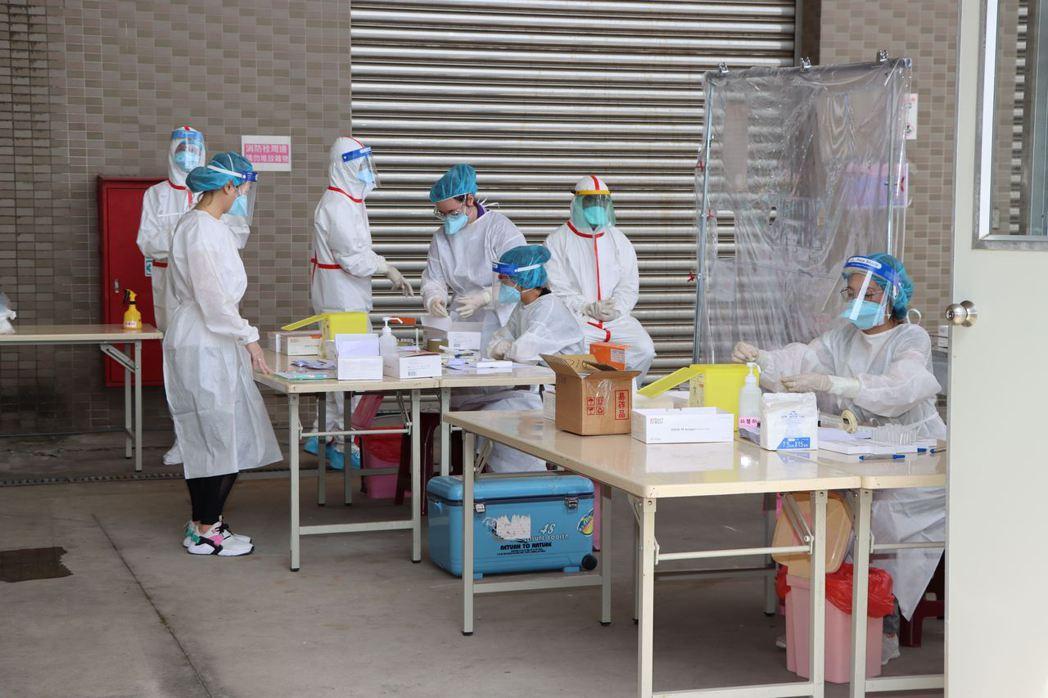 苗栗縣政府針對雇用50人以上移工的產業提供行動篩檢隊服務,上午在銅鑼工業區推出第...
