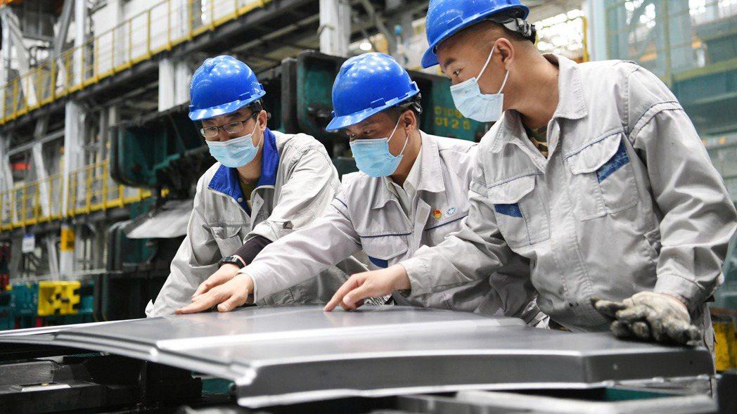 圖為大陸一汽解放卡車廠員工。中新社
