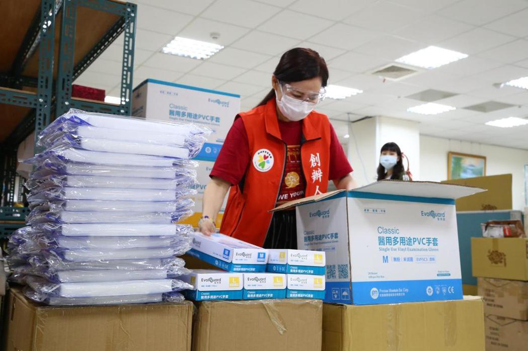 雨揚協助分裝物資。圖/雨揚國際提供