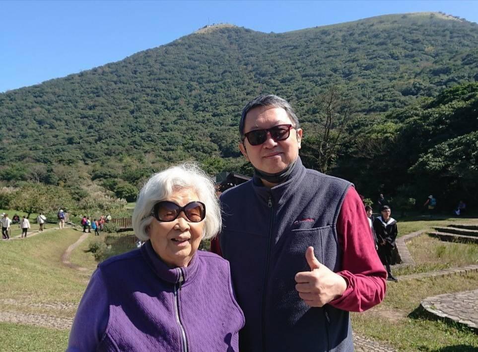 趙怡(右)本月15日在台北市聯合醫院仁愛院區,陪伴高齡99歲母親接種AZ疫苗。圖...