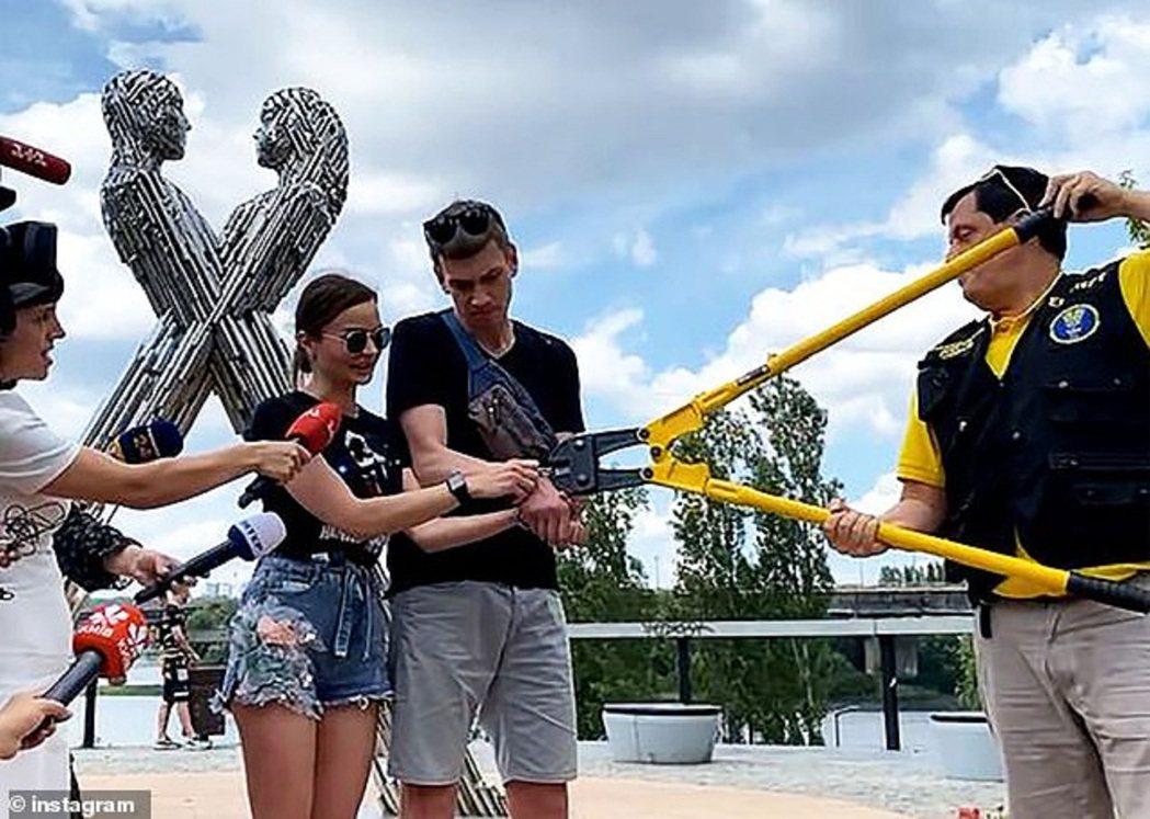 烏克蘭情侶普斯托維托娃與庫德雷為測試愛情,自2月14日情人節起就用鏈條將彼此綁在...