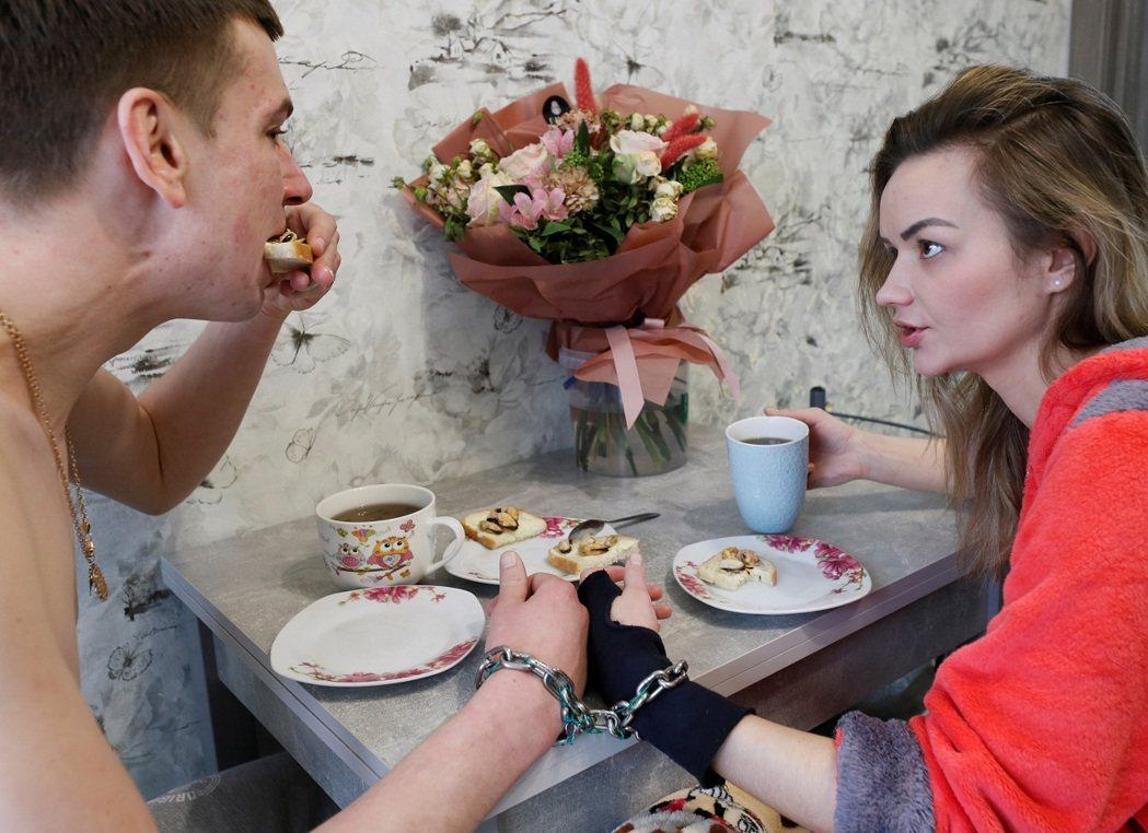 烏克蘭情侶普斯托維托娃(右)與庫德雷(左)為測試愛情,自2月14日情人節起就用鏈...