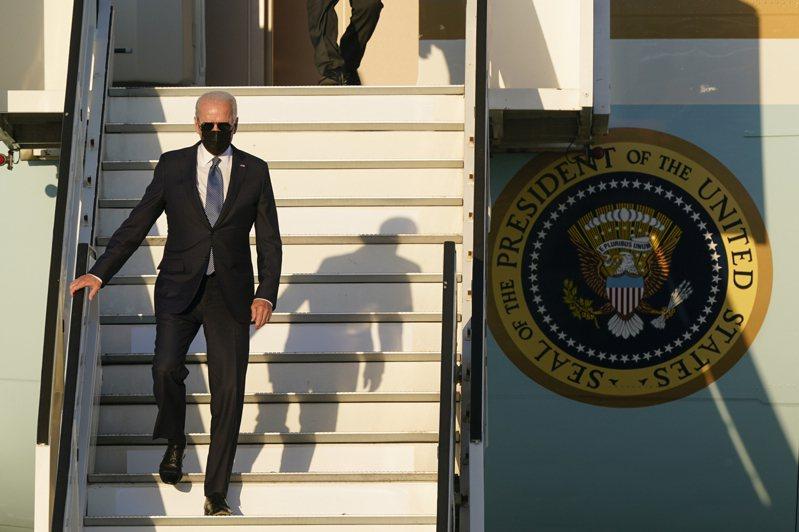 美國總統拜登訪問歐洲8天,第二站到利時布魯塞爾參加北約峰會,圖為拜登抵達布魯塞爾後步下空軍一號。美聯社