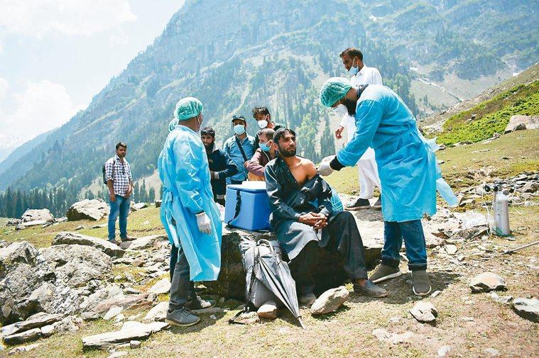 喀什米爾/高山上的疫苗在高山環繞、風景秀麗的喀什米爾南部安塔納格(Anant...