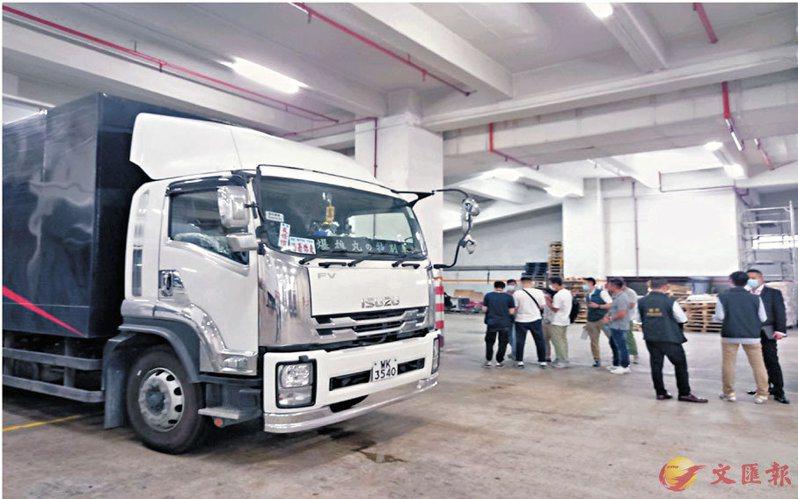 香港屯門16日發生搶劫案,送貨工人將一卡車14箱晶片卸貨後,在貨梯遭三名匪徒襲擊,截走該批晶片。圖/取自香港文匯報