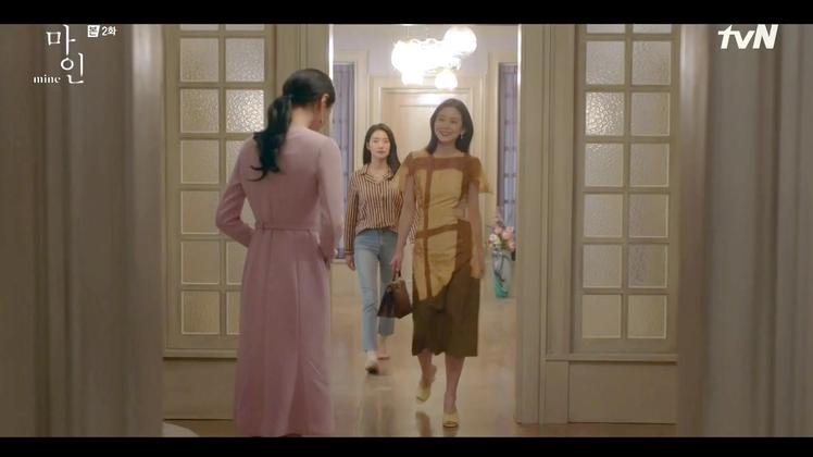 李寶英在《我的上流世界》中穿著FENDI窗櫺效果設計洋裝86,900元、手持Pe...