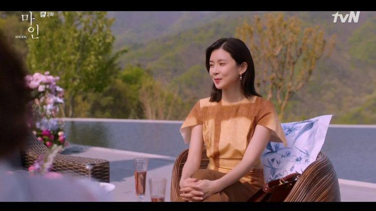 李寶英在《我的上流世界》中穿著FENDI窗櫺效果設計洋裝86,900元、搭配Pe...