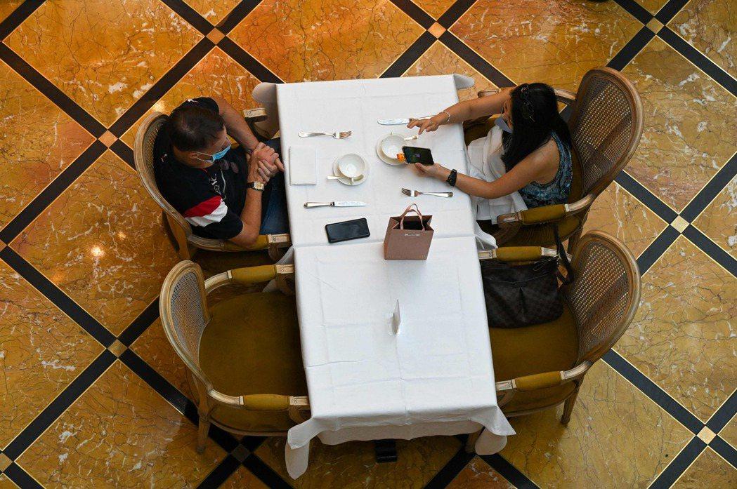 SINGAPORE-HEALTH-VIRUS People dine at a ...