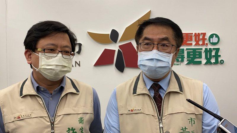 台南市衛生局長許以霖(左)指出,今天台南中型接種站報到人數平均下降50%左右。記者鄭維真/攝影