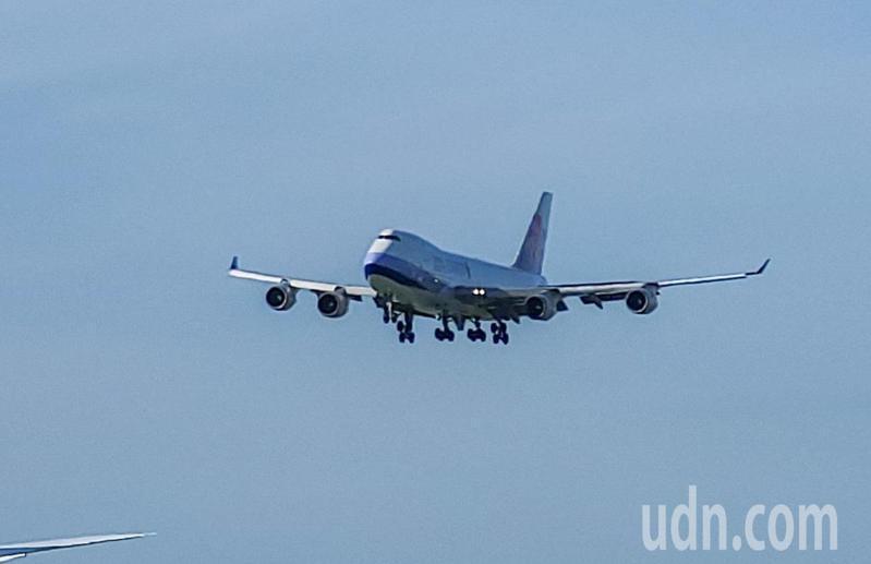 第二批莫德納疫苗由華航CI-5556貨機負責載運。該航班由盧森堡起飛,下午抵達到桃園機場。記者鄭超文/攝影