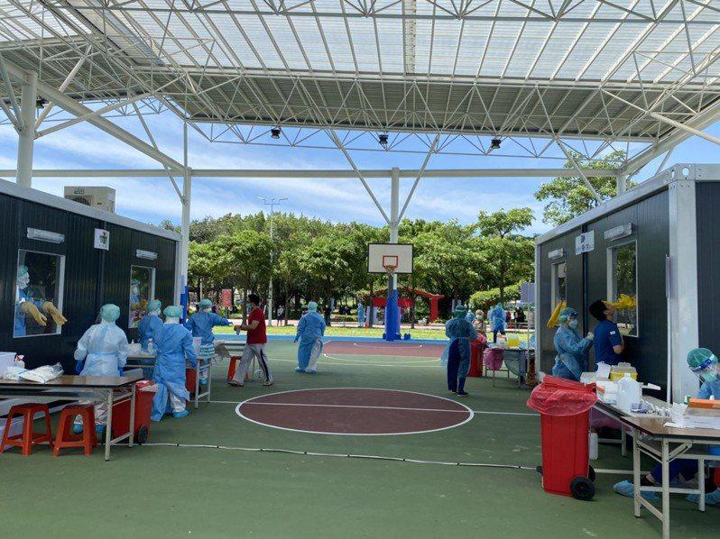 苗栗縣政府與竹南鎮、頭份市公所15日起在竹南運動公園辦理社區快篩。圖/竹南鎮公所提供