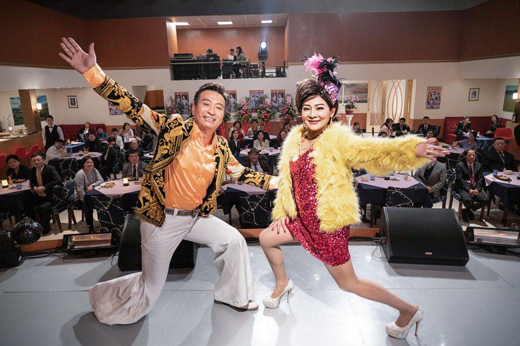 王中平(左)和王彩樺在民視八點檔「黃金歲月」中演在秀場打滾的夫妻。圖/民視提供