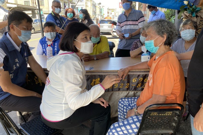 雲林縣長張麗善到崙背鄉慰問打疫苗過後不幸死亡的86歲阿公的家屬。記者蔡維斌/攝影