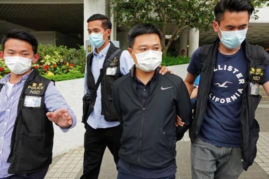 香港蘋果日報總編輯羅偉光(中)遭到逮捕。美聯社