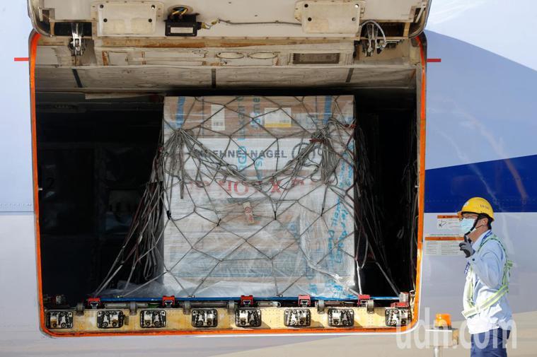 我國訂購的第二批24萬劑莫德納疫苗下午抵達桃園機場,疫苗放在最靠近艙門的貨櫃。記...