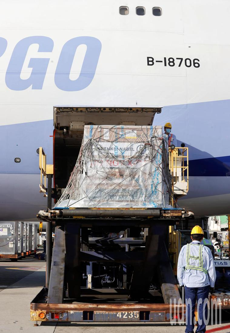 我國訂購的第二批24萬劑莫德納疫苗下午抵達桃園機場,疫苗是第一個卸下的貨盤。記者...