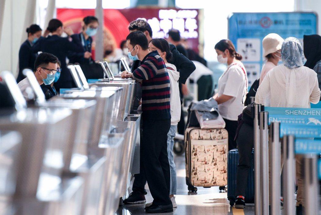 深圳寶安國際機場傳出有機場餐廳員工核酸檢測呈陽性,18日超過400航班因此取消。...