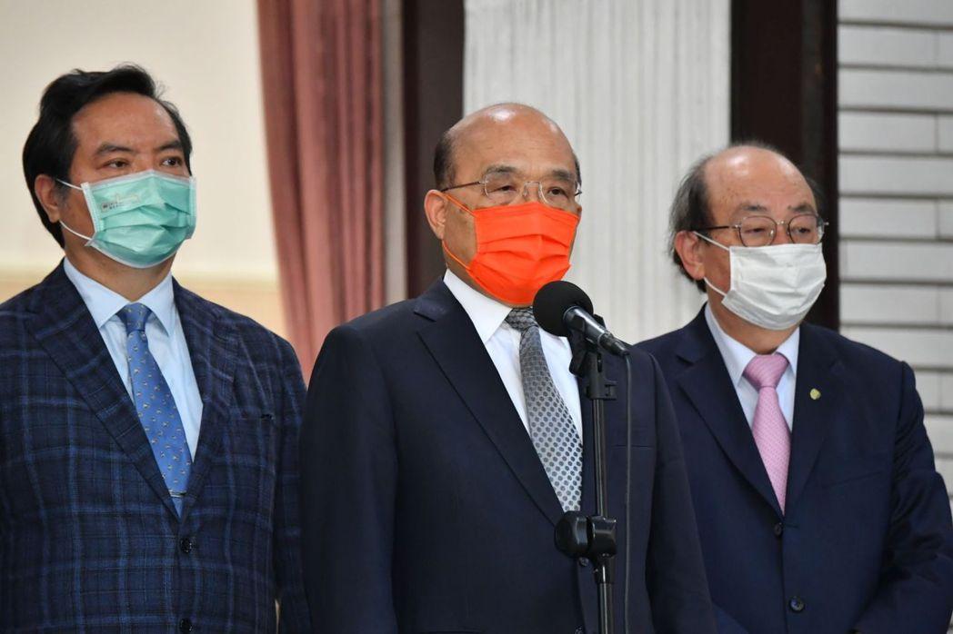 行政院長蘇貞昌,與發言人羅秉成,和民進黨立法院黨團總召柯建銘。圖/行政院提供