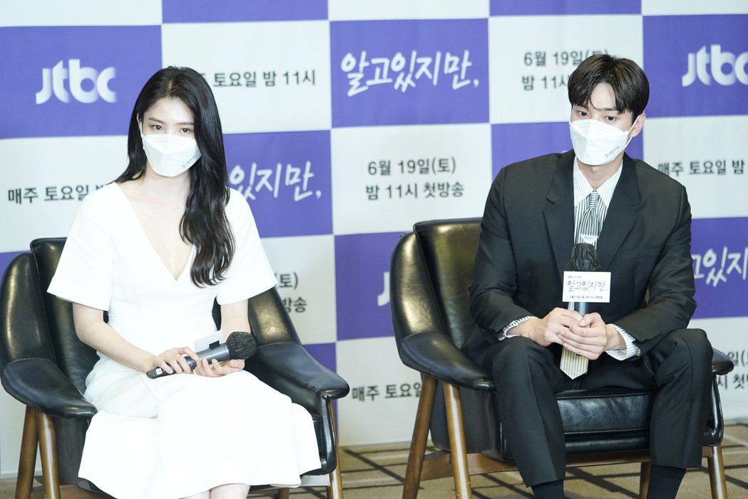 韓素希和宋江在記者會上嚴守防疫規定。圖/Netflix提供