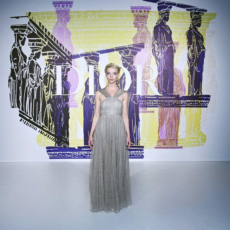 安雅泰勒喬伊以高雅復古的造型,出席DIOR 2022早春大秀。圖/DIOR提供
