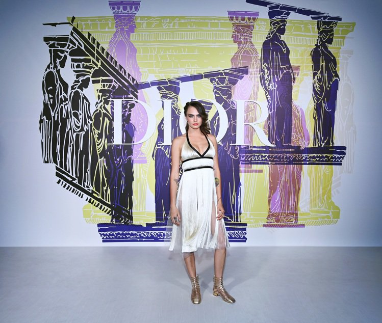 卡拉迪樂芬妮身穿流蘇裙裝現身DIOR 2022早春大秀。圖/DIOR提供