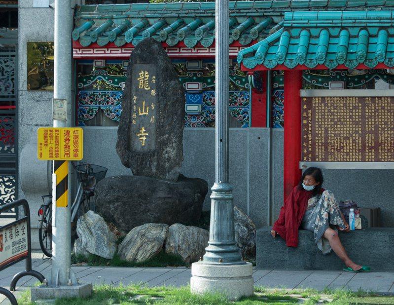 台灣疫情快速惡化,政府編列龐大的紓困預算因應,仍有不少「非典型」弱勢族群未受關注,圖為龍山寺週邊街友。圖/聯合報系資料照片