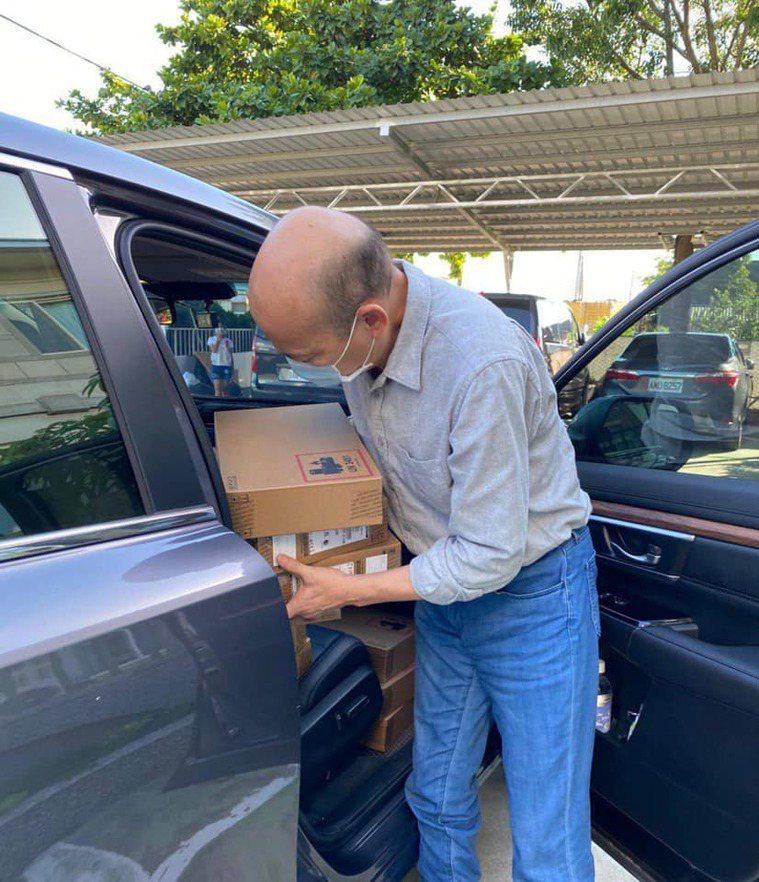 韓國瑜化身送貨員,今天親送一批筆電到雲林一家育幼院。圖/取自韓國瑜臉書