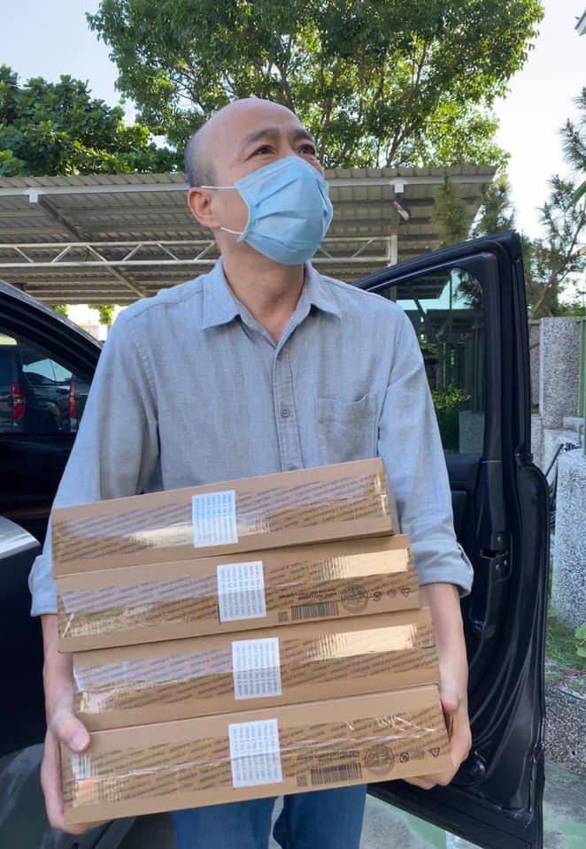 韓國瑜今天親送一批筆電到雲林一家育幼院。圖/取自韓國瑜臉書