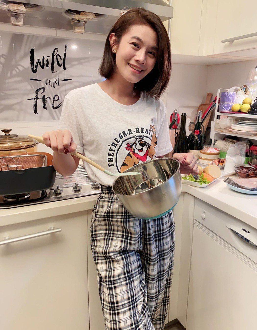 朱海君直播做料理。圖/TVBS提供