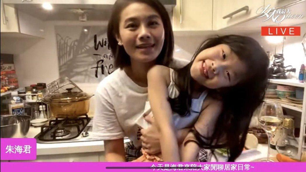 朱海君帶著NO妹一起直播。圖/TVBS提供