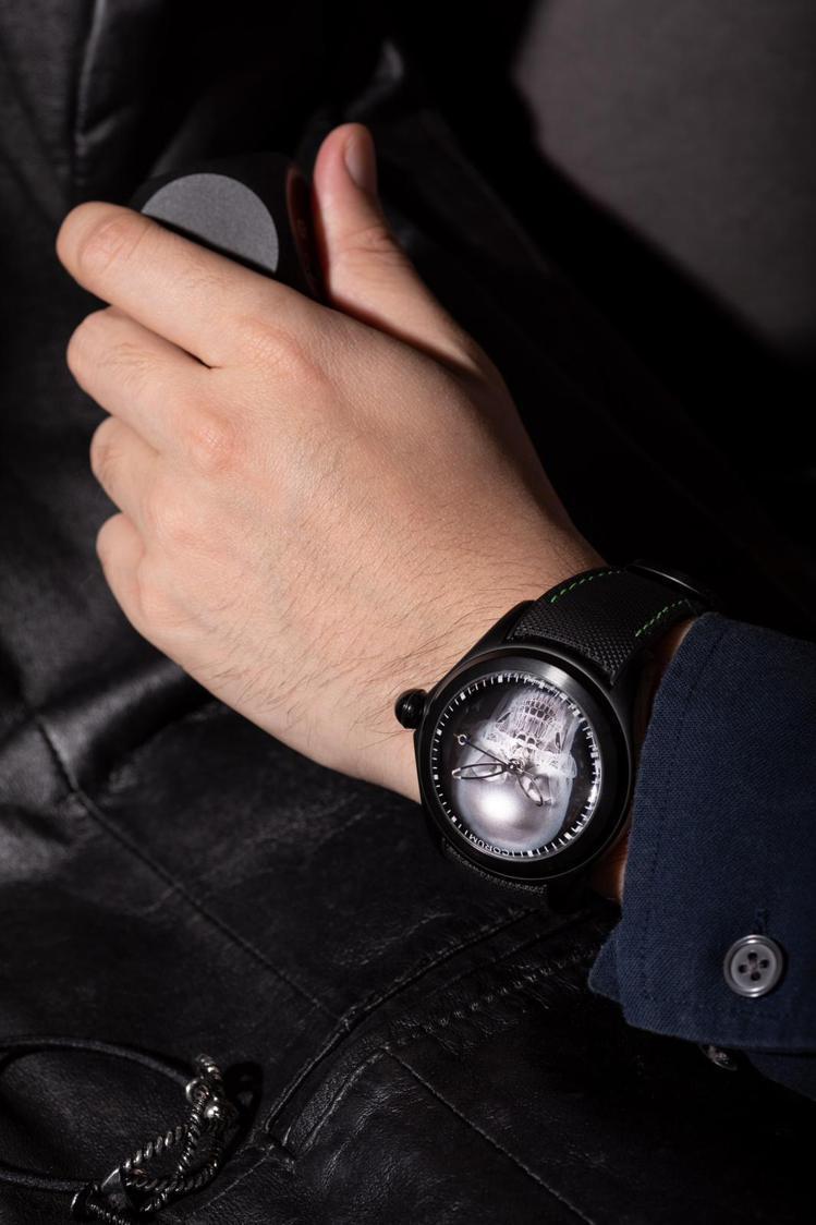 Bubble表款靈感來自一只六十年代深海潛水實驗錶,配備超大圓拱形錶鏡,以抵禦深...