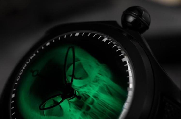 一旦當燈光熄滅或低光源情況時,骷髏頭將發出幽閉詭秘的熒光綠。圖 / CORUM提...